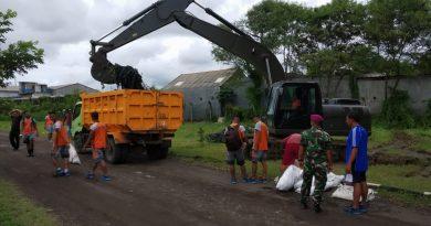 Laksanakan Binpotmar Dan Cegah Banjir, Prajurit Menbanpur 2 Marinir Dan Warga Balasklumprik Bersihkan Lingkungan