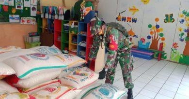 Serda Alan La Wae Babinsa Koramil 06/Cempaka Putih Kawal Pendistribusian Sembako