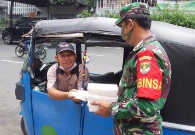Babinsa 02/Sawah Besar Serda Norman Bagikan Makan Siang Gratis bagi Pengguna Jalan