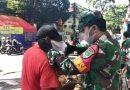Babinsa Johar Baru Bagikan Masker di Pasar
