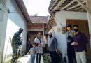 Keliling Dari Rumah Ke Rumah, Tiga Pilar Desa Candimulyo Bagikan Pamflet Dan Alat Cuci Tangan Guna Cegah Covid 19