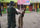 Koramil 01 Menteng, Sertu Kusnadi dan Serda Komarudin Bagikan Beras ke Penjaga Sekolah
