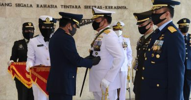 Panglima TNI Sematkan Tanda Kehormatan Bintang Dharma Kepada Kasal dan Kasau