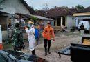 Babinsa Desa Sukosari Bersama BPBD Kab. Madiun Semprotkan Disinfektan Di Fasum Dan Rumah Warga