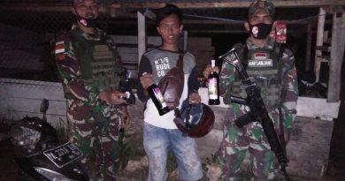 Gelar Pemeriksaan Di Jalan Trans Papua, Satgas Yonif 713 Amankan Miras Ilegal