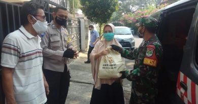 Babinsa dan Bhabinkamtibmas Cempaka Putih Bagikan 70 Paket Sembako dari TNI Polri