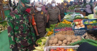 Ingatkan tentang Bahaya Covid – 19, Babinsa Koramil 08/Johar Baru Keliling Pasar Gembrong Lama