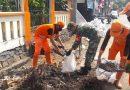 Serda Faisal Bantu Petugas PPSU Angkat Puing Area Taman