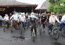 Dandim Dampingi Gubernur Jatim Gowes Sembari Bagi Masker di Tulungagung