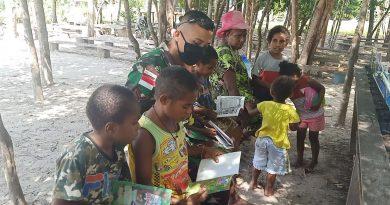 Perpustakaan Keliling Satgas Pamtas RI-PNG Yonif 125/Simbisa Sambangi Kampung Sota 2