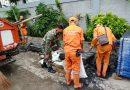 Babinsa Koramil 04/ Gambir Bantu Pembersihan Saluran Air