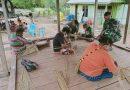Prajurit Pamtas Yonif 125 Bimbing Warga Perbatasan Buat Keterampilan Anyaman Lidi