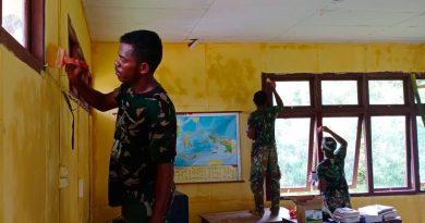 Lihat Sekolah dan Balai Kampung Kakuna Usang, TMMD Kodim 1711 Lakukan Pengecatan