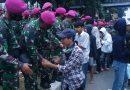 Marinir  Persuasif Ajak Demonstran Bubarkan Diri