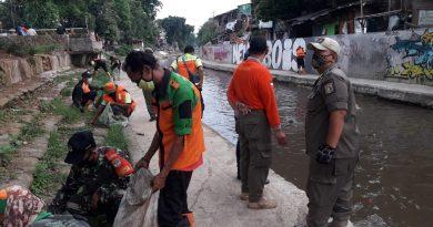 Antisipasi Banjir Babinsa Johar Baru dan Tiga Pilar Bersih Bersih Kali Sentiong