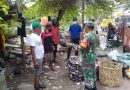 Bersama Warga Serka Manut Bersihkan Sampah Untuk Menjaga Kebersihan Lingkungan