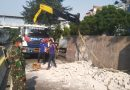 Babinsa 07/Kemayoran Bantu Evakuasi Lakalalin di Jalan Suprapto