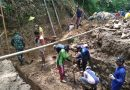Koramil 0806/13 Dongko Bersama Warga Masyarakat Karya Bakti Bangun Jembatan Pengubung Antar Dusun