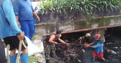 Antisipasi Banjir Babinsa Koramil Kemayoran dan Warga Lakukan Grebek Lumpur