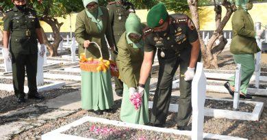 Jelang HUT ke-57 Korem 081/DSJ, Danrem dan Ketua Persit Ziarah di TMP Madiun