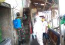 Babinsa Menteng Dampingi KSB Disenfektan Rumah Warga Terpapar Covid-19