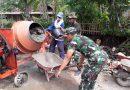 Babinsa Ramil 0801/10 Punung Bantu warga dalam pembuatan Jalan Beton