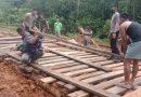 Jalan Terputus, Satgas Yonif 125/SMB Bersama Koramil, Polsek dan Warga Kerja Bakti Lakukan Perbaikan