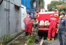 Sertu Wahyudi Bantu Sterilisasi Wilayah Binaan