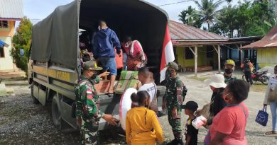 Mobil Truk Satgas 413 Antar Warga Perbatasan RI-PNG Ibadah di Pantai Hamadi