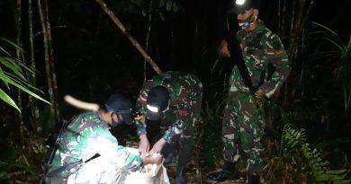 Lagi Satgas Pamtas RI-Malaysia Yonif 642 Gagalkan Penyelundupan Ratusan Botol Miras