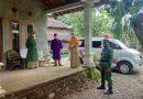 Pastikan Berjalan Lancar, Anggota Koramil 09/Kendal Dampingi Petugas Kesehatan Laksanakan Swab