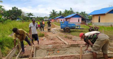 Satgas Pamtas Yonif 125/SMBKerja Bakti Bersama Warga Kampung Toray Dalam Pembuatan Gorong-Gorong
