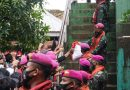 Marinir Salurkan Bantuan Sembako Presiden pada Korban Banjir di Banjar