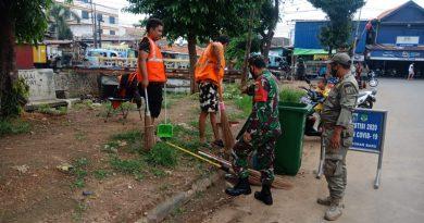 Tingkatkan Kesadaran Prokes, Babinsa Koramil 08/ JB Bersama Tiga Pilar Gelar Operasi Yustisi