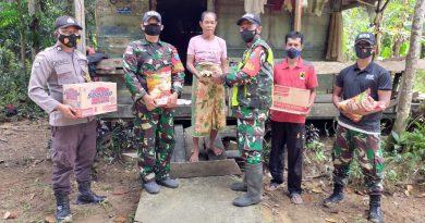 Bersinergi, Satgas Pamtas Yonif 642 Bersama Polisi dan Aparat Pemerintah Bagikan Sembako Bagi Warga Dusun Kinda