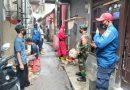 Peltu Edy Ferdian Babinsa Koramil 05 TA Dampingi Petugas Damkar Sterilisasi Lingkungan Binaan