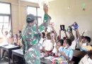 Dukung Pendidikan, Satgas Yonif MR 413 Kostrad Bagikan Buku Tulis Kepada Siswa Perbatasan RI-PNG