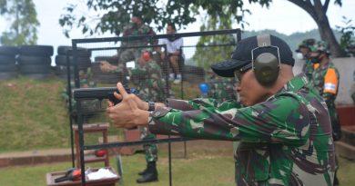 Tingkatkan dan Pelihara Kemampuan, Pangdam XVII Cenderawasih Latihan Menembak Pistol Dengan Pejabat Kodam