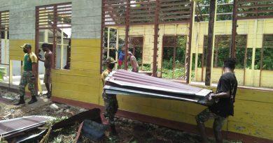 Gelar Karya Bhakti, Satgas TNI Yonif 413 Kostrad Bersama Masyarakat Papua Bongkar Gereja Lama