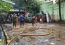 Terdampak Banjir, PPSU Serta Petugas Damkar Grebek Lumpur di Makoramil 05 Tanah Abang
