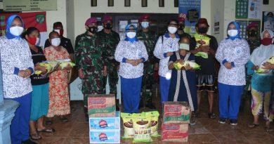 Jalasenastri Korps Marinir Bantu Warga Terdampak Banjir Desa Karang Reja Bekasi