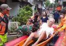 Babinsa Koramil 05/Tanah Abang dan Tiga Pilar Evakuasi Warga Sakit Terdampak Banjir
