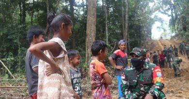 Dandim Sambas Apresiasi Kedekatan Dansatgas TMMD Dengan Anak-Anak