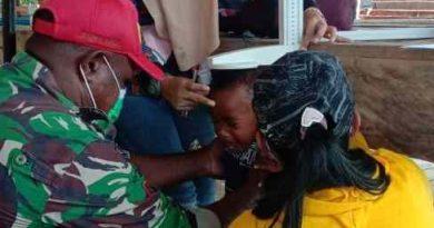 Babinsa Yapbar Bantu Pelayanan Kesehatan di Wilayah Pelosok