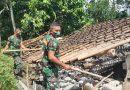 Prajurit Yonif 511/DY Bantu Bersihkan Rumah Warga Blitar Dampak Gempa Malang