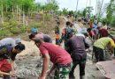 Prajurit TNI Bersama Masyarakat Gotong Royong Mengecor Jalan di Kampung Koya Koso Papua