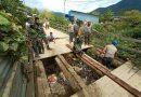 Kebersamaan TNI POLRI Perbaiki Jembatan Antar Desa Distrik Kamuu