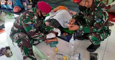 Tim Medis Korps Marinir TNI AL Cek Pasien Ke Posko Posko Pengungsian