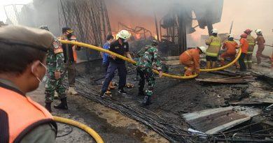 Babinsa Koramil 05/Tanah Abang Bantu Tangani Kebakaran Pasar Kambing Tanah Abang