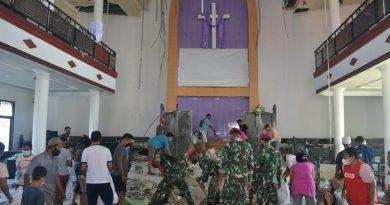 Prajurit Yonmarhanlan VII Kupang bersihkan puing reruntuhan bangunan Gereja